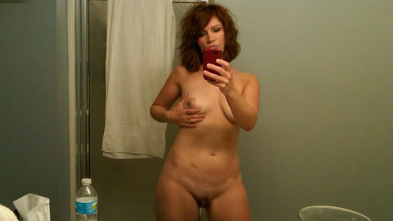 Nude selfie from a suburban housewife