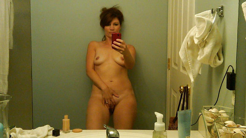 Older housewife sends nude selfies to her husband