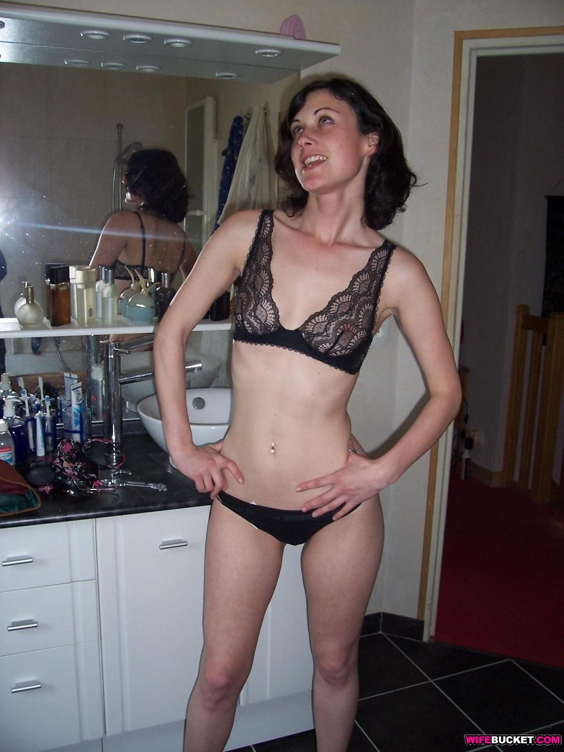 Aniston string up her bikini