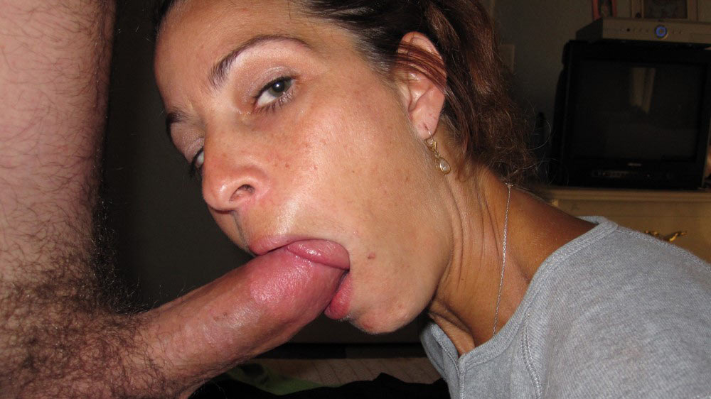 Pretty MILF wife enjoys giving oral sex