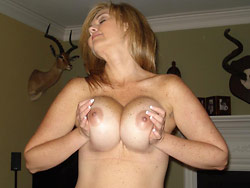 WifeBucket Pics | Naked pics of a real bigtit MILF