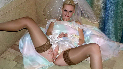 Older amateur bride masturbating through her wedding dress