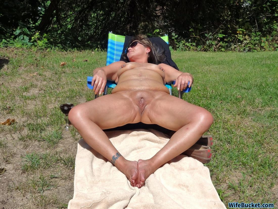 WifeBucket Pics | Naked MILF pictures