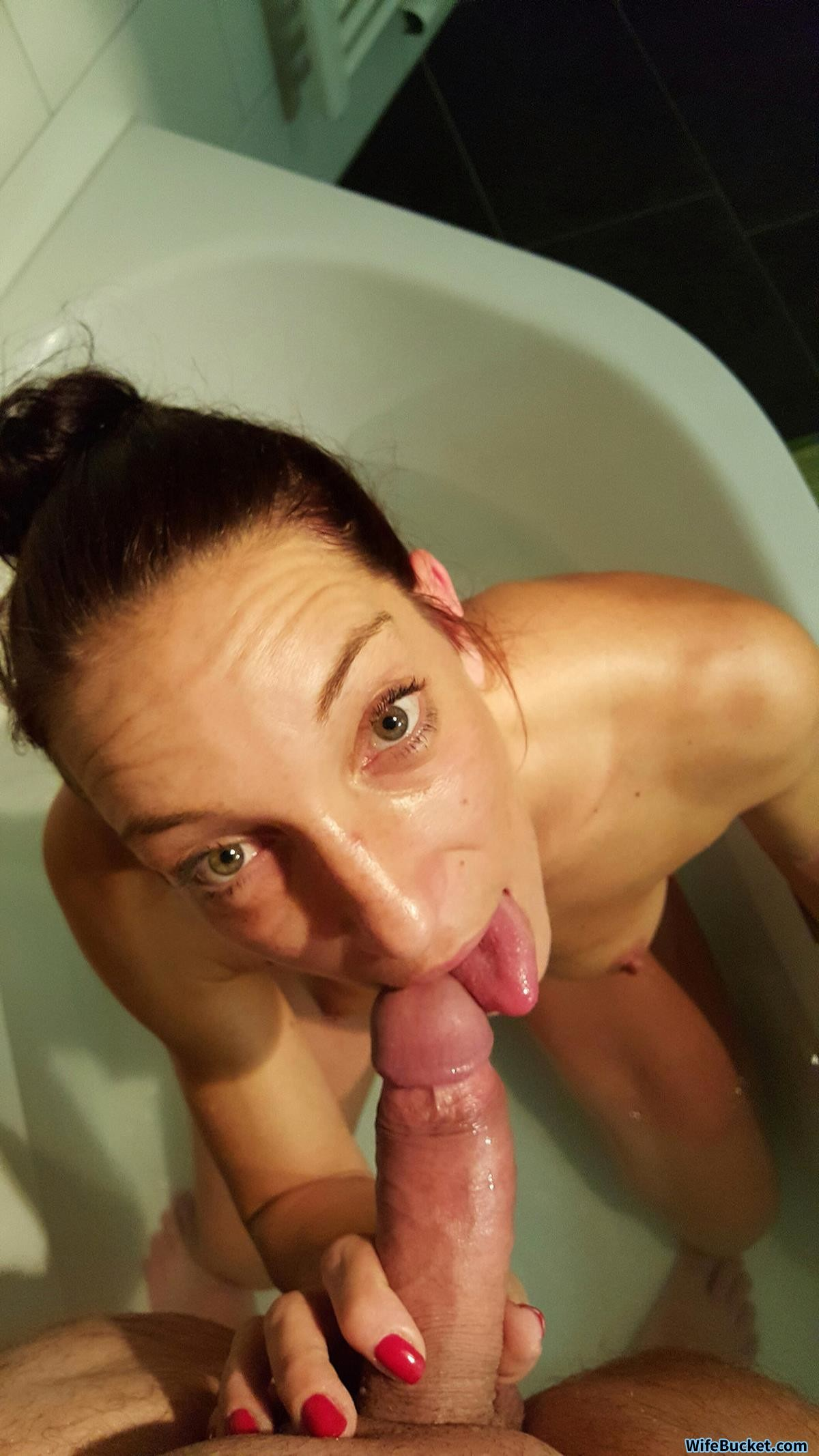 WifeBucket Pics | Home porn with a real MILF