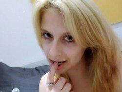WifeBucket Pics | Sexy selfies from a pretty blonde MILF