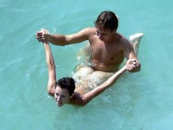Amaateur couple doing it in the public pool