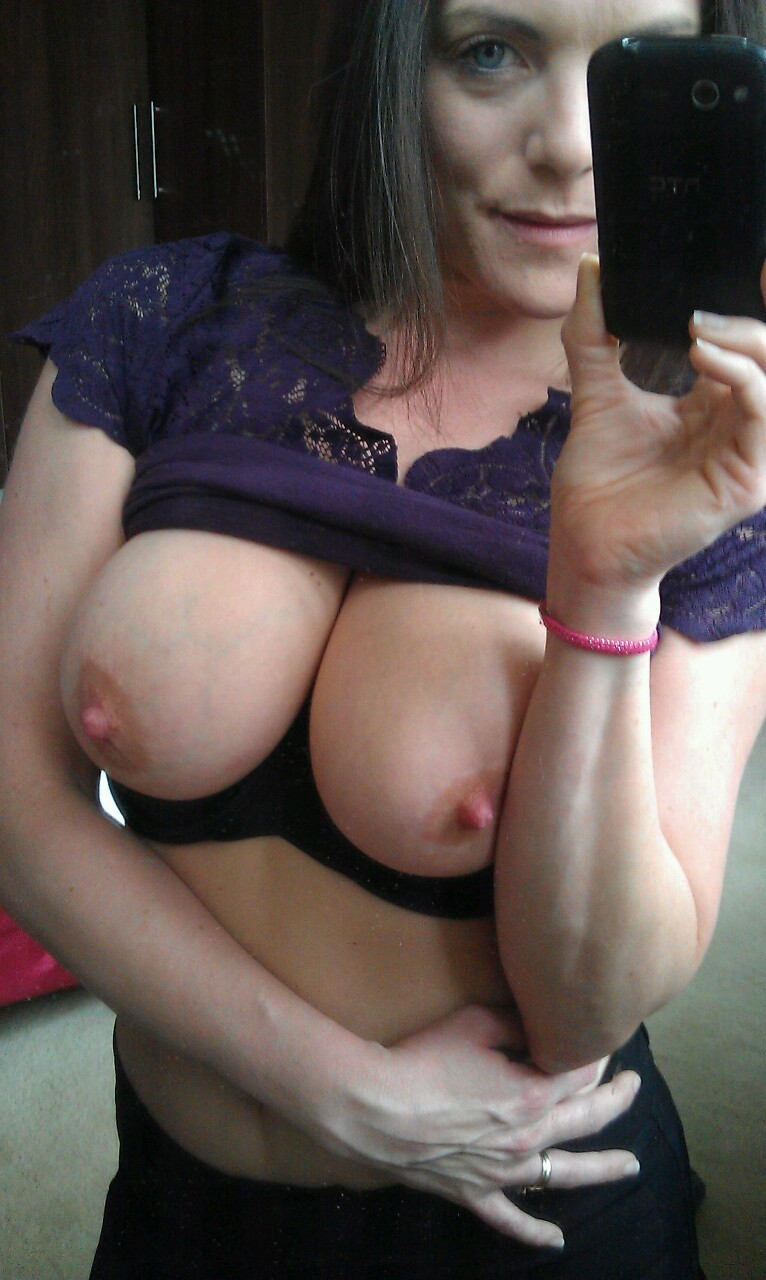 Bigtit wife submitted her nude selfies