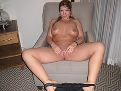 Naked photos of a hot American MILF