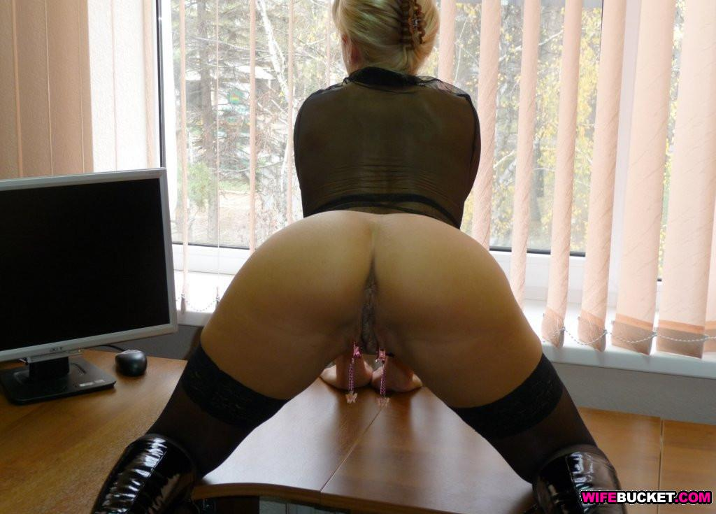 Trophey wife nude in the office
