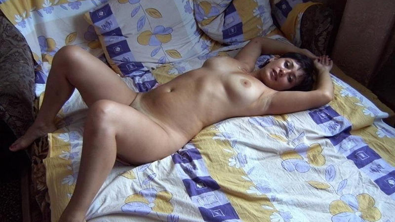 WifeBucket Pics | Mature wife is naked and horny and ready in bed