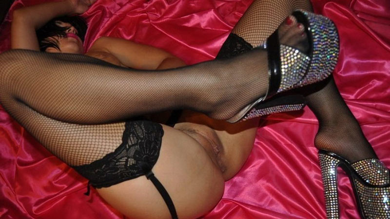 WifeBucket Pics | MILF bimbo in high heels on red satin sheets